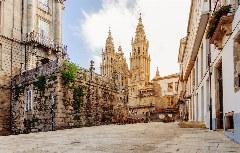 Blick auf die Jakobus-Kathedrale in Santiago von der Avenida de Raxoi