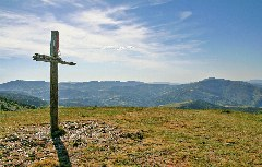 Holzkreuz auf Berg