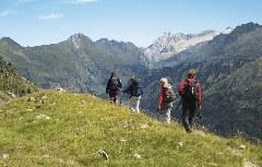 Wanderer auf dem Weg nach Hospice de France Pyrenäen