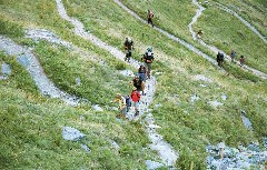 Wanderer steigen auf zum Puerto de Benasque