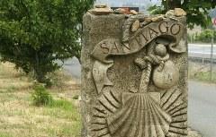 Wegstein am Ortseingang von Santiago