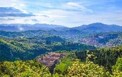 Blick auf Subiaco und die grünen Simbruini-Berge