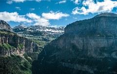 Die Ordesa-Schlucht von oben mit Monte Perdido im Hintergrund