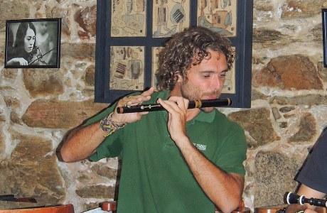 PURA-Reiseleiter Luis gibt eine Klangprobe auf der galicischen Flöte