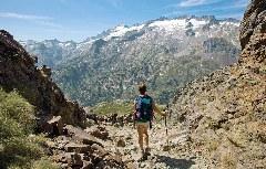 Wanderer genießt Aussicht auf den höchsten Pyrenäen-Gipfel Aneto