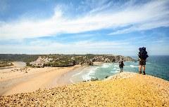 Wanderer am Strand von Odeceixe