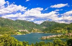 Malerischer Ausblick vom Benediktweg auf den Lago Turano
