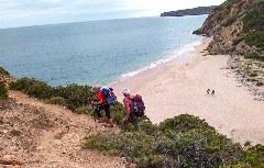 Wanderer auf dem Weg von Salema nach Zavial
