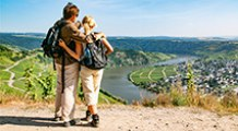 Wanderer auf dem Mosel-Camino am Thörnicher Ritsch