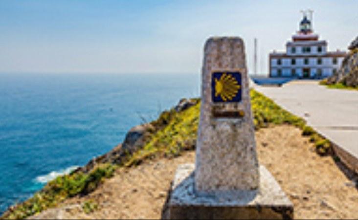 Markierungsstein am Jakobsweg beim Leuchtturm am Kap Finisterre